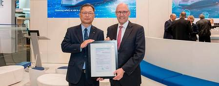 Johan Petter Tutturen, Business Director Gas Carriers, DNV GL (right), handed over the AIP to Mr. Yoshinori Mochida, President, KHI Ship & Offshore Structure Company. Photo: DNV GL