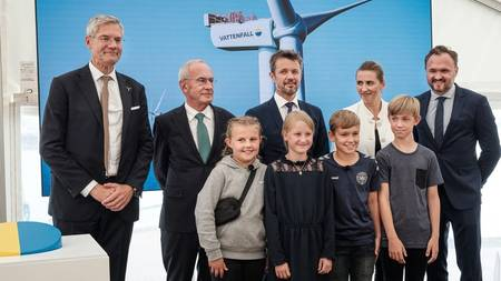 From left to right: CEO of Vattenfall Magnus Hall, Chairman of Vattenfall Lars G. Nordström, HRH Crown Prince of Denmark, Danish Prime Minister Mette Frederiksen, Minister of Climate, Energy and Utilities Dan Jørgensen and pupils from Hvide Sande Sch