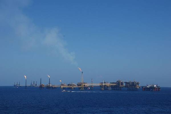 Pemex oil platforms offshore Mexico - Image by BoH/Wikimedia Commons - Under CC BY-SA 2.0 License