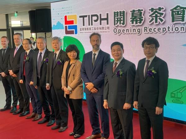 Opening Reception: Ken Chang, President of Giant and Taiwan International Ports Heavy-Machinery Co (extreme right), Chris Schraa, General Manager of Mammoet Taiwan (second to the right), and VIP guests from various embassies and the Taiwan Port Customs. (Credit: Mammoet)